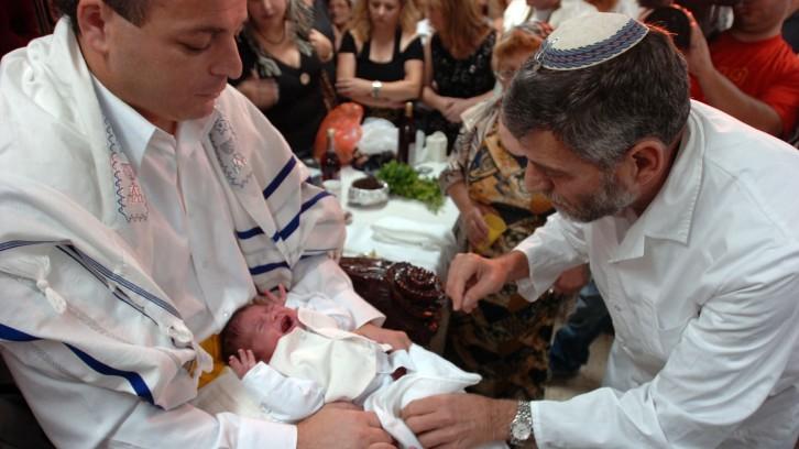 Ritual de circunsición judío.
